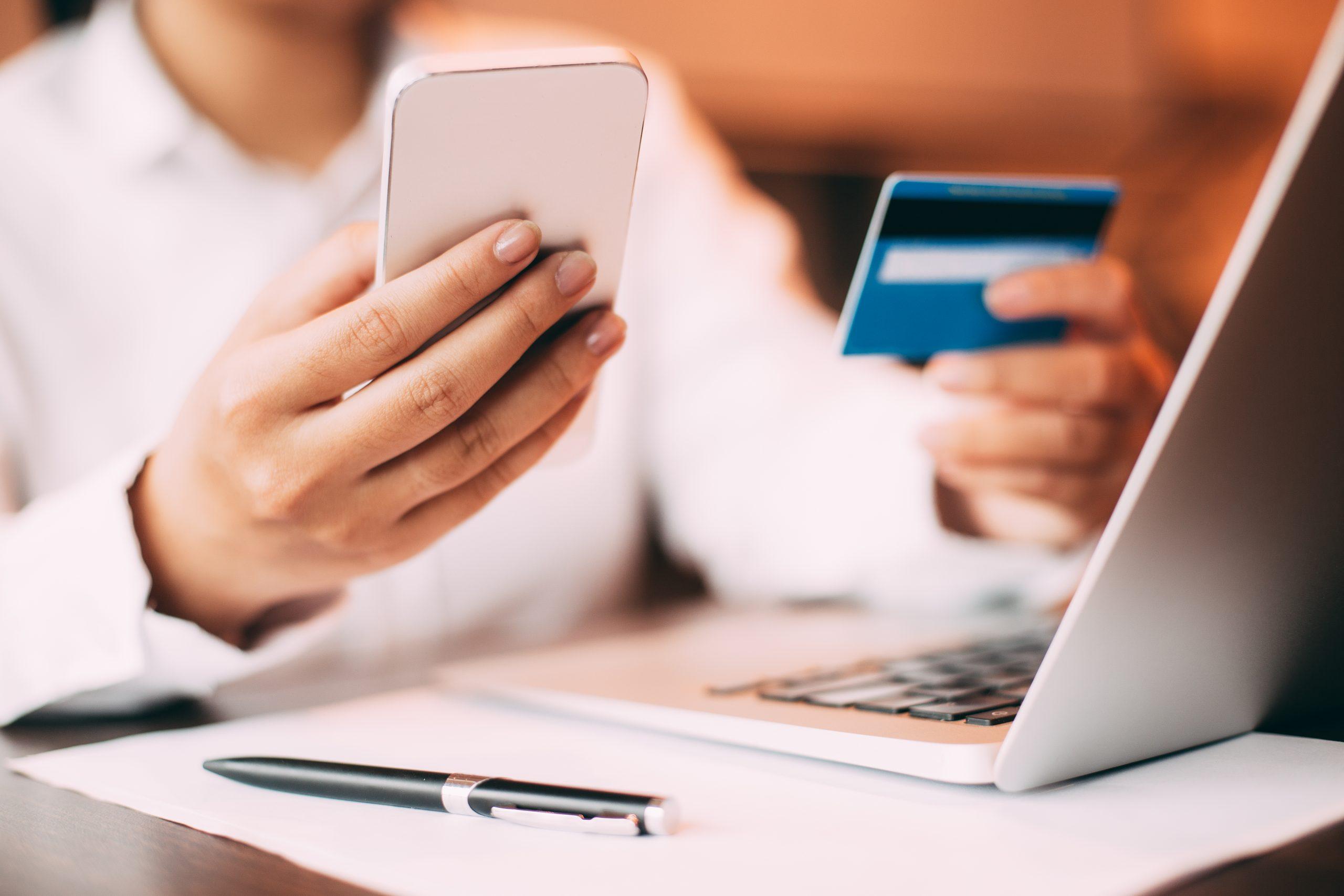 Segurança com cartão de crédito - pessoa fazendo compra online com o cartão de crédito