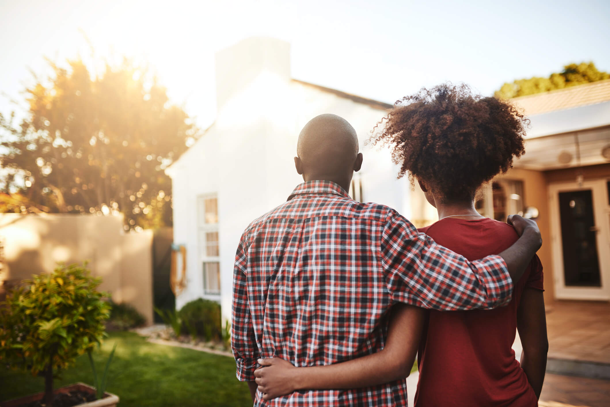 casa ou apartamento:casal se abraçando em frente a casa
