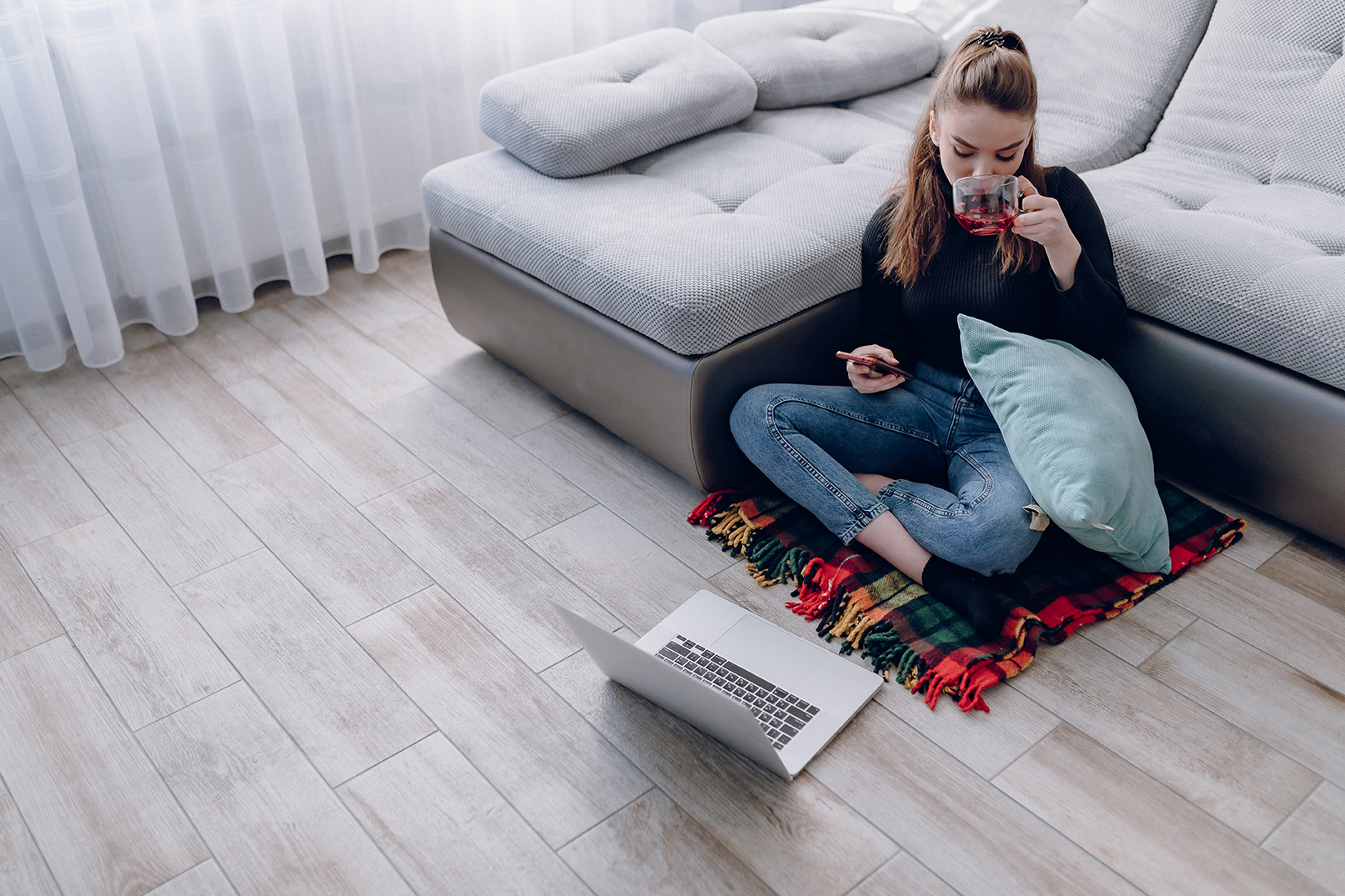 aluguel-fácil - mulher usando computador bebendo chá