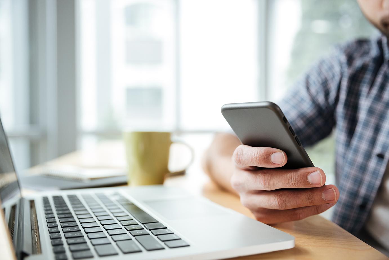negociar-dividas-online - homem usando celular