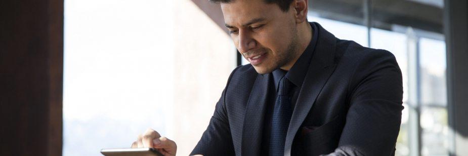corretor-como-se-manter-atualizado - corretor fazendo leitura em tablet