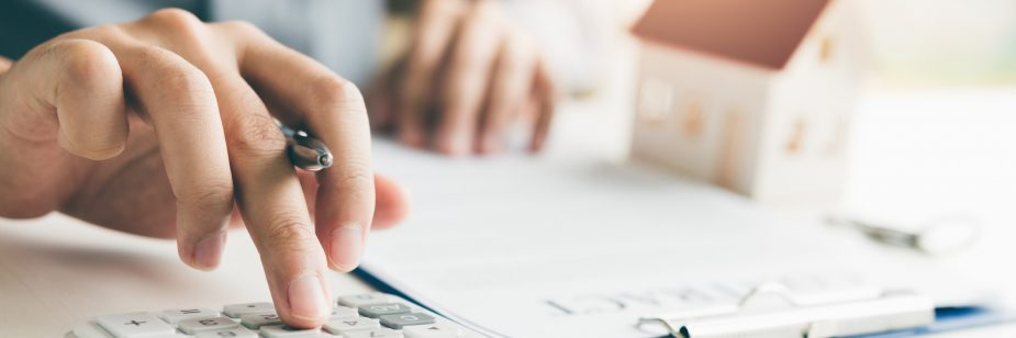 indice-de-valorizacao-imobiliaria - mãos utilizando a calculadora