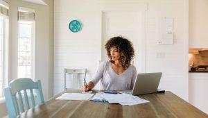 pagamento-de-dívidas - mulher fazendo calculos