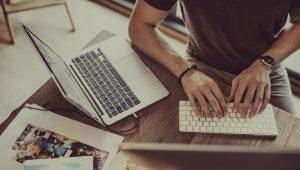 marketing-digital-para-imobiliárias - mãos de homem utilizando o computador